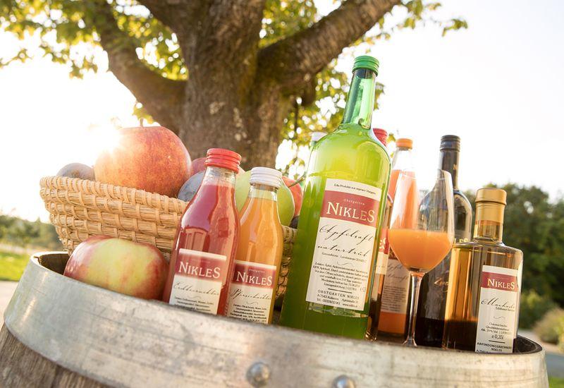 Fruchtsäfte vom Obstgarten Nikles auf einem Holzfass