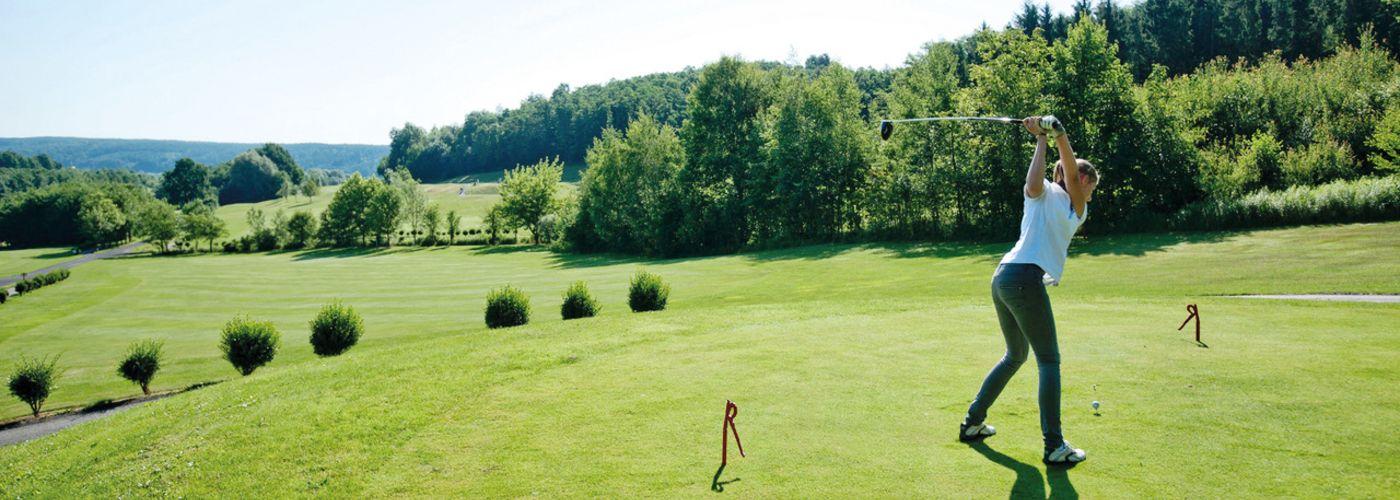 Golfer beim Abschalug auf der Golfschaukel