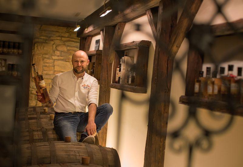 Herr Schmidt mit einer Flasch Whiskey
