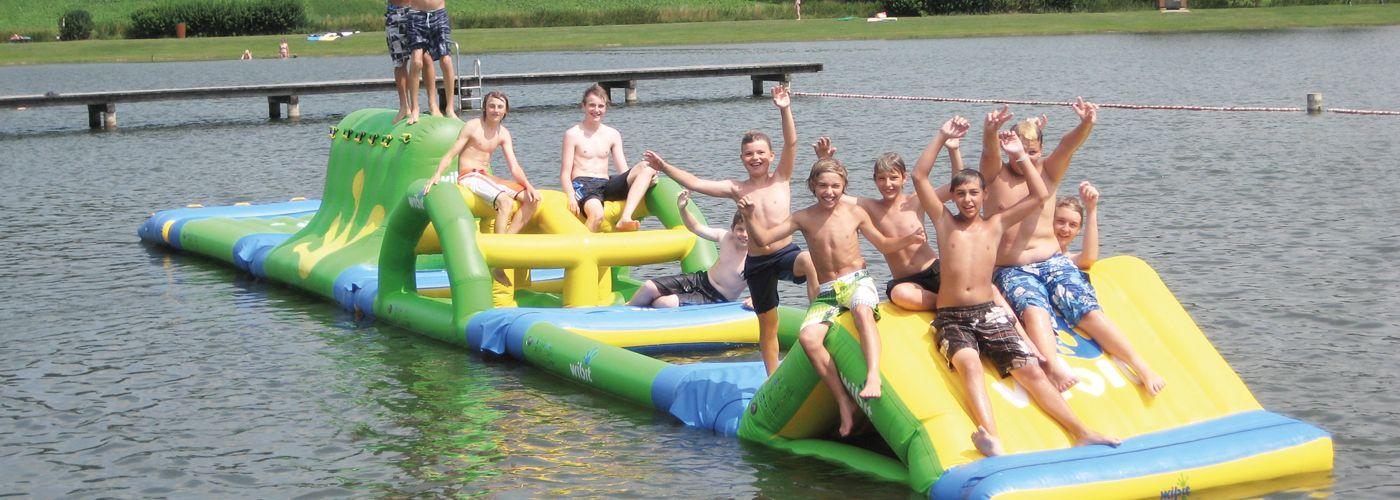 Kinder auf einem Boot im Nababu