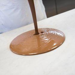 Flüssige Schokolade wird gegossen