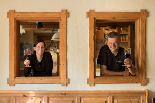 Herr und Frau Ehrenhöfer mit einem Glas Wein