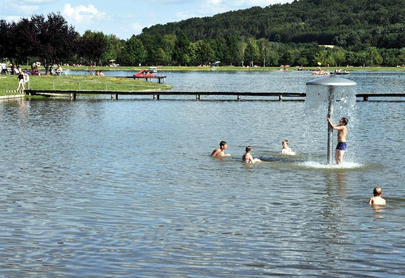 Kinder spielen im See Racuhwart