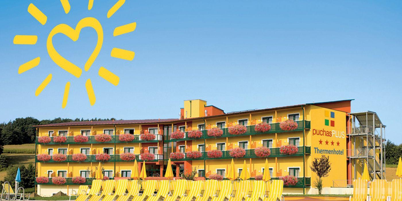Thermenhotel Puchas Plus Außenansicht mit Pool
