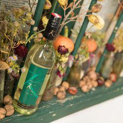 Weißwein vom Weingut Koch auf einem Fensterbrett
