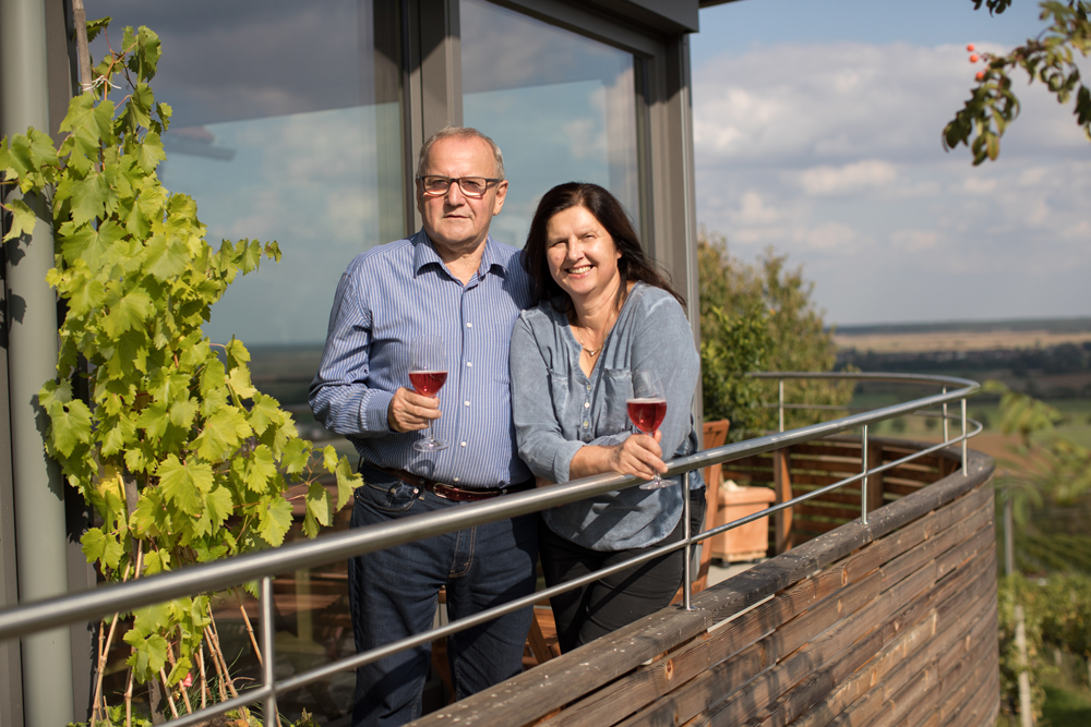 Herr und Frau Zotter auf einem Balkon