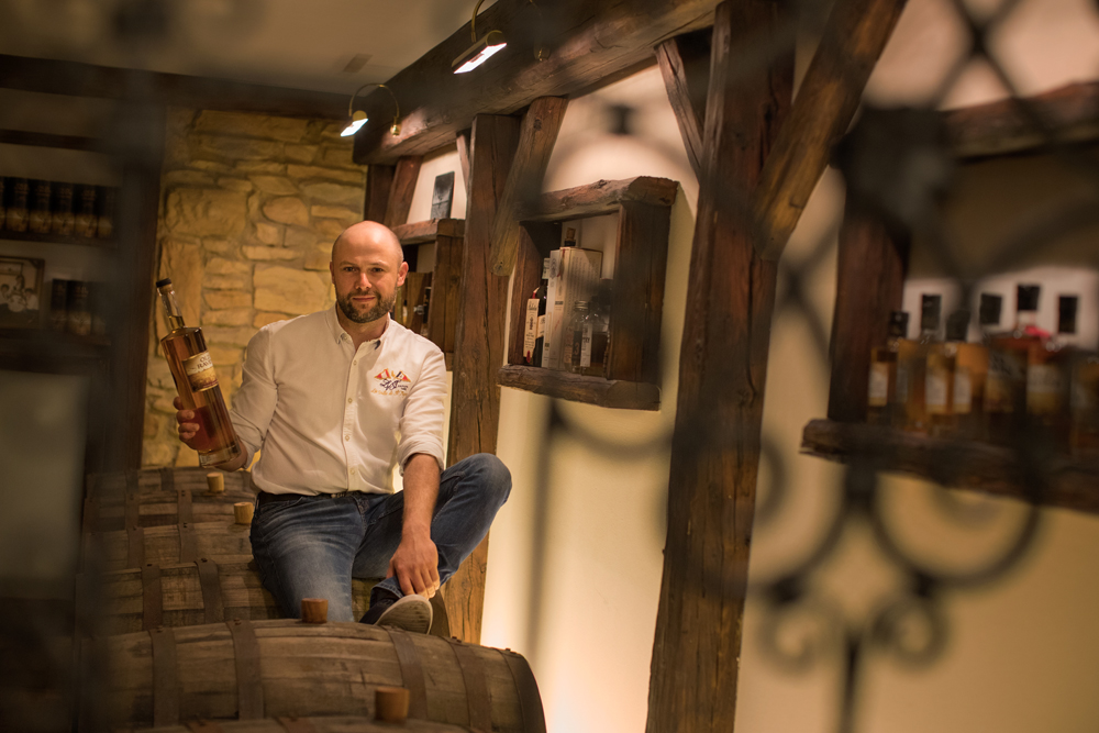 Andreas Schmidt mit einer selbst gebrannten Whiskeyflasche